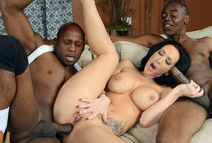 Exciting interracial threesome fucking..