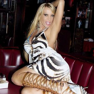 Sexy cougar Amber Lynn posing in the..