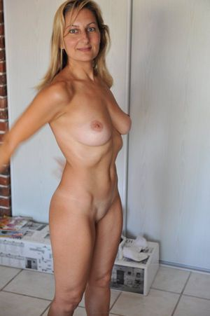 Naked mature wife show her smooth..